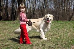 Petite fille avec le grand chien d'arrêt à l'extérieur Photos libres de droits