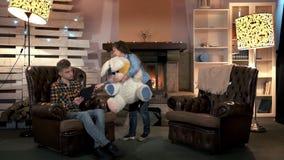 Petite fille avec le grand jouet de peluche demandant à son frère de jouer ensemble banque de vidéos