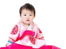 Petite fille avec le hanbok coréen traditionnel photographie stock libre de droits