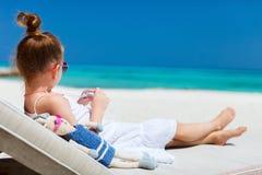 Petite fille avec le jouet à la plage Image libre de droits