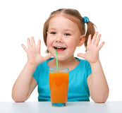 Petite fille avec le jus d'orange Photos stock