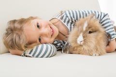 Petite fille avec le lapin image libre de droits