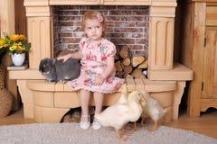 Petite fille avec le lapin et les canards Photo libre de droits