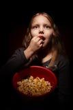 Petite fille avec le maïs éclaté Image stock