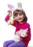 Petite fille avec le masque de lapin de Pâques Photos libres de droits