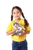 Petite fille avec le minou dans des mains Image libre de droits