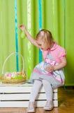 Petite fille avec le panier avec des oeufs de pâques Photo stock