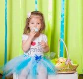 Petite fille avec le panier avec des oeufs de pâques Image libre de droits
