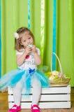 Petite fille avec le panier avec des oeufs de pâques Photographie stock libre de droits