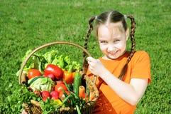 petite fille avec le panier des légumes Photos stock