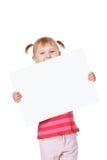 Petite fille avec le panneau blanc Photographie stock