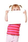 Petite fille avec le panneau blanc Photo stock