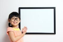 Petite fille avec le panneau blanc Photographie stock libre de droits