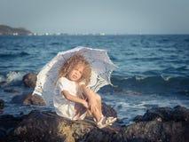 Petite fille avec le parapluie images libres de droits