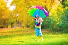 Petite fille avec le parapluie Photographie stock libre de droits