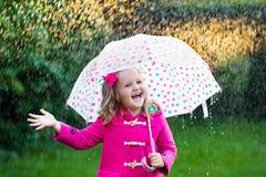 Petite fille avec le parapluie sous la pluie Image libre de droits