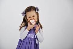 Petite fille avec le petit gâteau photographie stock libre de droits
