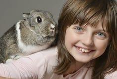 Petite fille avec le petit lapin Photos libres de droits
