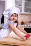 Petite fille avec le plugger sur la cuisine Photo libre de droits