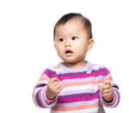 Petite fille avec le poing de bras photographie stock libre de droits