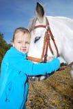 Petite fille avec le poney photo libre de droits