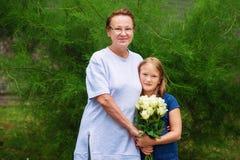Petite fille avec le portrait de grand-mère Photo libre de droits