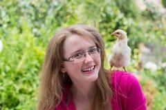 Petite fille avec le poulet Photo stock
