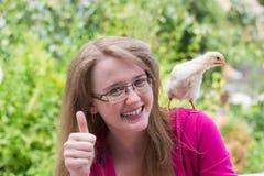 Petite fille avec le poulet Photos stock