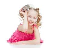 Petite fille avec le rat d'animal familier sur sa tête Images libres de droits