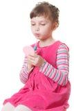 Petite fille avec le rouge à lievres Images stock