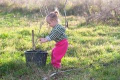 Petite fille avec le seau Photo libre de droits