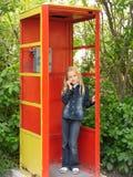 Petite fille avec le téléphone portable photos stock