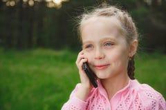 Petite fille avec le téléphone portable Photo stock