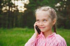 Petite fille avec le téléphone portable Images libres de droits