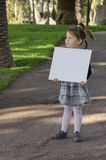 Petite fille avec le tableau blanc Photos libres de droits