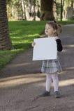 Petite fille avec le tableau blanc Photographie stock libre de droits