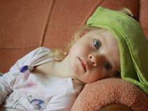 Petite fille avec le thermomètre Photo stock