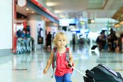 Petite fille avec le voyage de valise dans l'aéroport Photo libre de droits