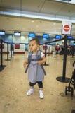 Petite fille avec le voyage de valise dans l'aéroport Image libre de droits