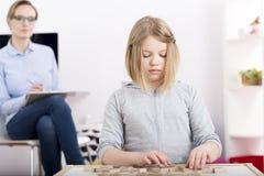 Petite fille avec les blocs constitutifs avec des lettres Photos stock