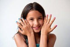 Petite fille avec les clous peints photos libres de droits