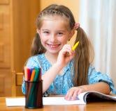 Petite fille avec les crayons colorés photographie stock