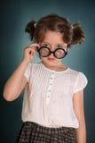 Petite fille avec les verres à bouteilles épais Photos stock