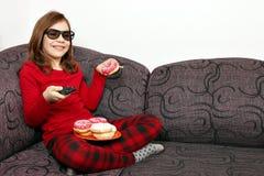 Petite fille avec les verres 3d regardant la TV Photographie stock libre de droits