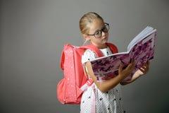 Petite fille avec les verres et le sac à dos Photo stock