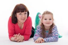 Petite fille avec sa mère Photographie stock libre de droits