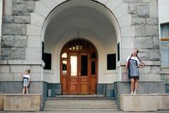 Petite fille avec sa mère dans les robes avec la sucrerie Image libre de droits