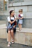 Petite fille avec sa mère dans les robes avec la sucrerie Images stock