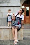 Petite fille avec sa mère dans les robes avec la sucrerie Images libres de droits