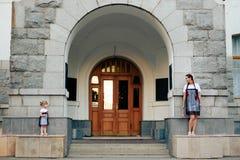Petite fille avec sa mère dans les robes avec la sucrerie Photographie stock libre de droits